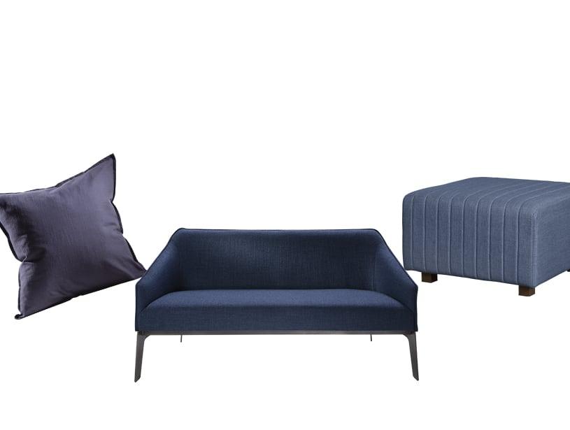 蓝色枕头、脚凳和沙发